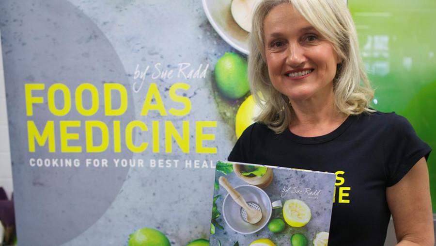 """Sue Radd mit ihrem Buch """"Food as Medicine"""", © Foto: Adventist Record"""
