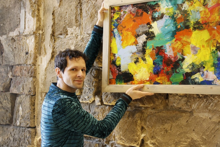 Die farbenprächtigen Bilder des Bischofswerdaer Künstlers Silvio Fritzsche zeigen  auf den unverputzen Sandsteinwänden im Kurländer Palais in Dresden eine besondere Strahlkraft.