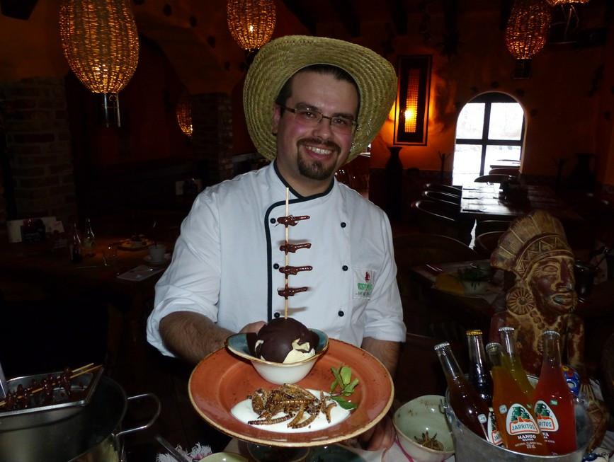 Lust auf Sachsen -  Koch Marco Elsner  mit dem fertigen Dessert - Schokladierte Heuschrecken, Bildquelle: MEDIENKONTOR