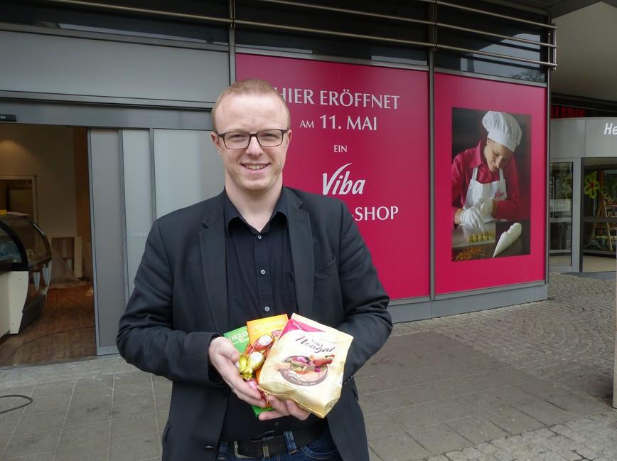 Benjamin Venter vor der neuen Viba-Genuss-Insel in der Plauener Stadt-Galerie Bildquelle: MEDIENKONTOR