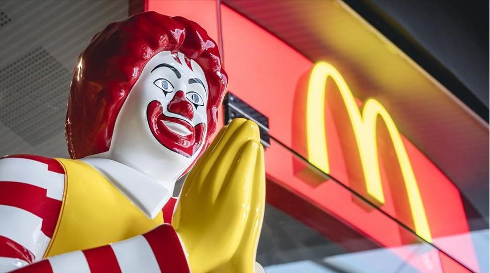 McDonald's hat angekündigt, bis Ende des Jahres das bestehende Kunststoffgeschirr in allen australischen Filialen auslaufen lassen und durch Besteck aus Faserstoff zu ersetzen. (© VTT Studio/stock.adobe.com)