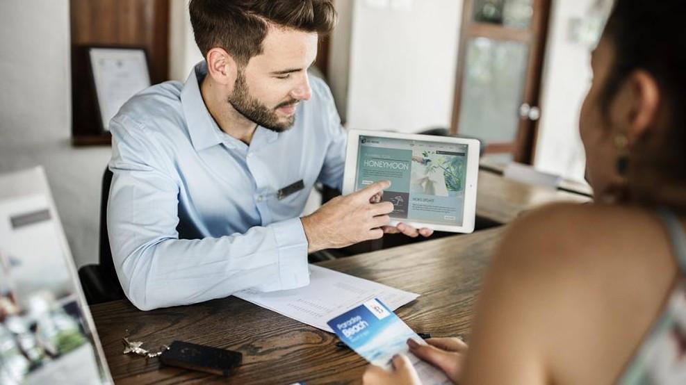 Tablets und App-Lösungen finden auch in der Hotellerie immer häufiger Anwendung zur Unterstützung der Kundenbeziehungen. (Foto: ©Rawpixel Ltd./stock.adobe.com)