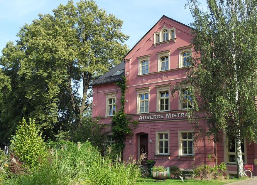 """Auch das Logis-Hotel """"Auberge Mistral"""" in Freiberg in Sachsen befindet sich nicht direkt in einem Weinbaugebiet, liegt jedoch nur 30 Minuten vom Weinbaugebiet Sachsen entfernt – dem kleinsten und östlichsten Weinbaugebiet Deutschlands. Bildquelle: Logis-Hotel Auberge Mistral."""
