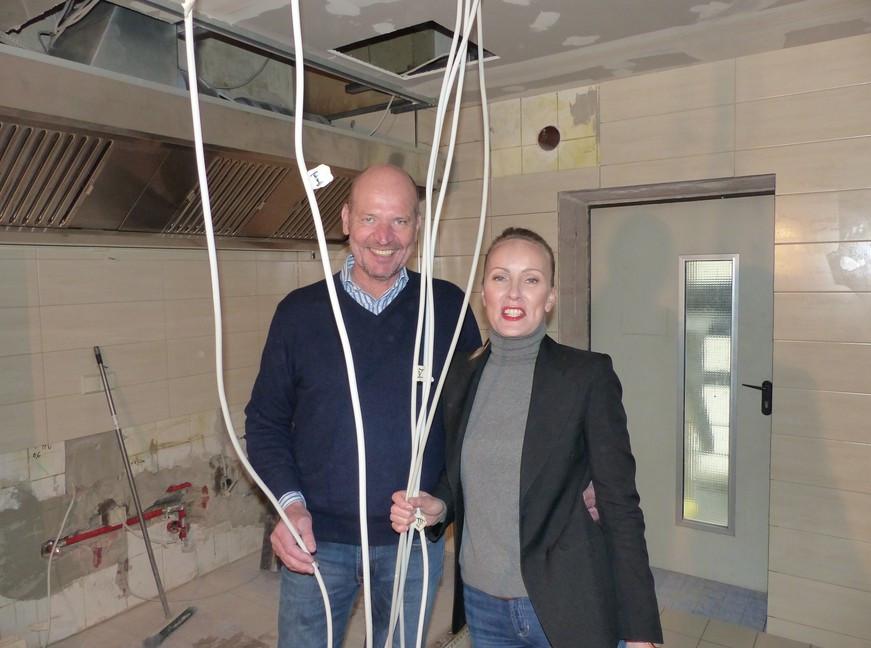 Dieter Maiwert mit seiner Lebensgefährtin Madeleine Maaßen (40) in seiner zukünftigen Küche