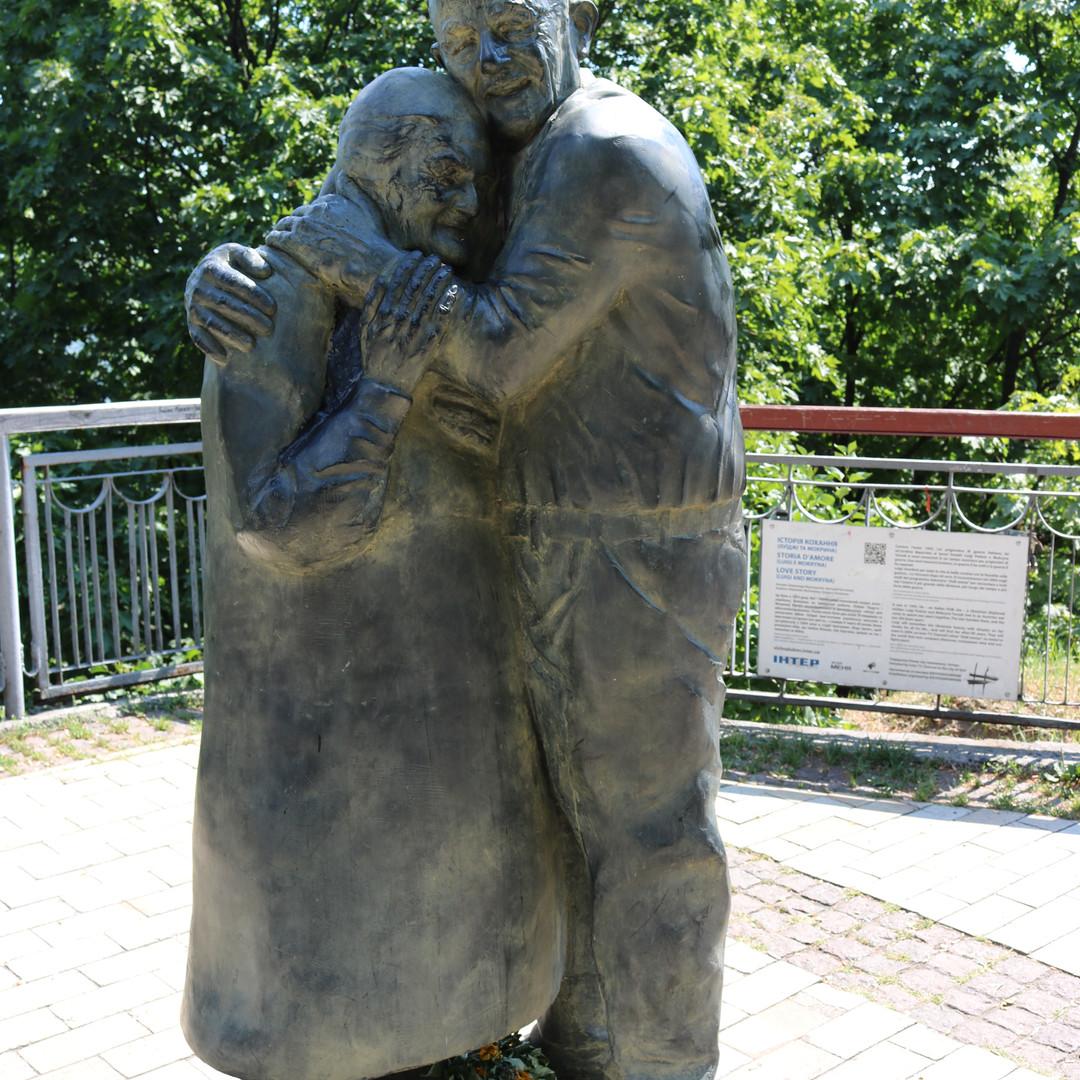 Lovers Statue in Kyiv