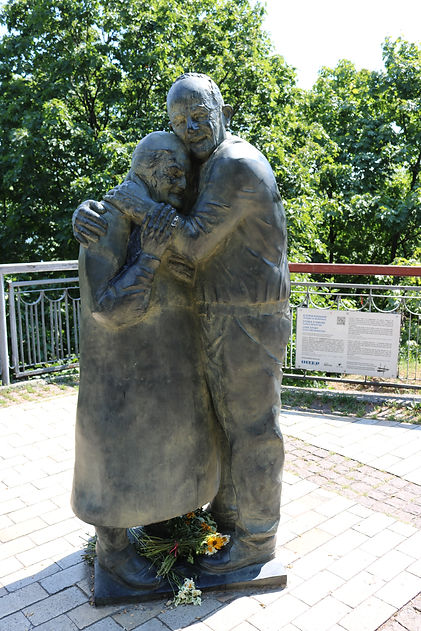 Luigi Peduto & Mokryna Yurzak Statue