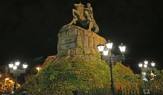 Bhodan Khmelnitsky monument at night