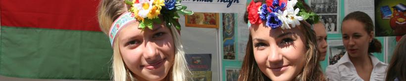Українські дівчата в народному костюмі