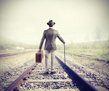 Pessoa sozinha em um trilho