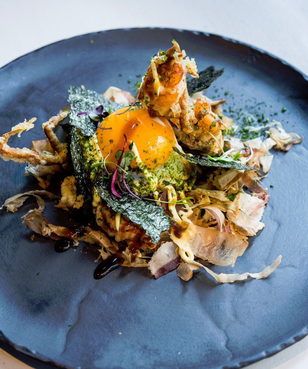 Okonomiyaki de cangrejo soft shell en tempura crujiente, huevo frito y salsa japo_orubu_sqcommunication