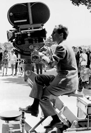 Jean-Luc Godard dirige le tournage de Pierrot le Fou à Hyères (Var). 1965.