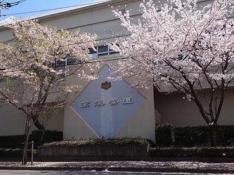 リーフレット写真 桜と校章.jpg