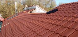 Neu-eingedeckte Dachfläche (mit Erlus E58, rot engobiert)