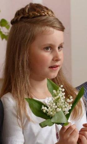Tüdruk piibelehtedega