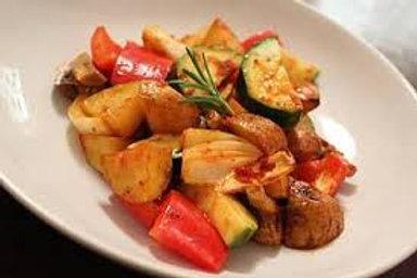 Bunte Gemüsepfanne mit Rosmarinkartoffeln