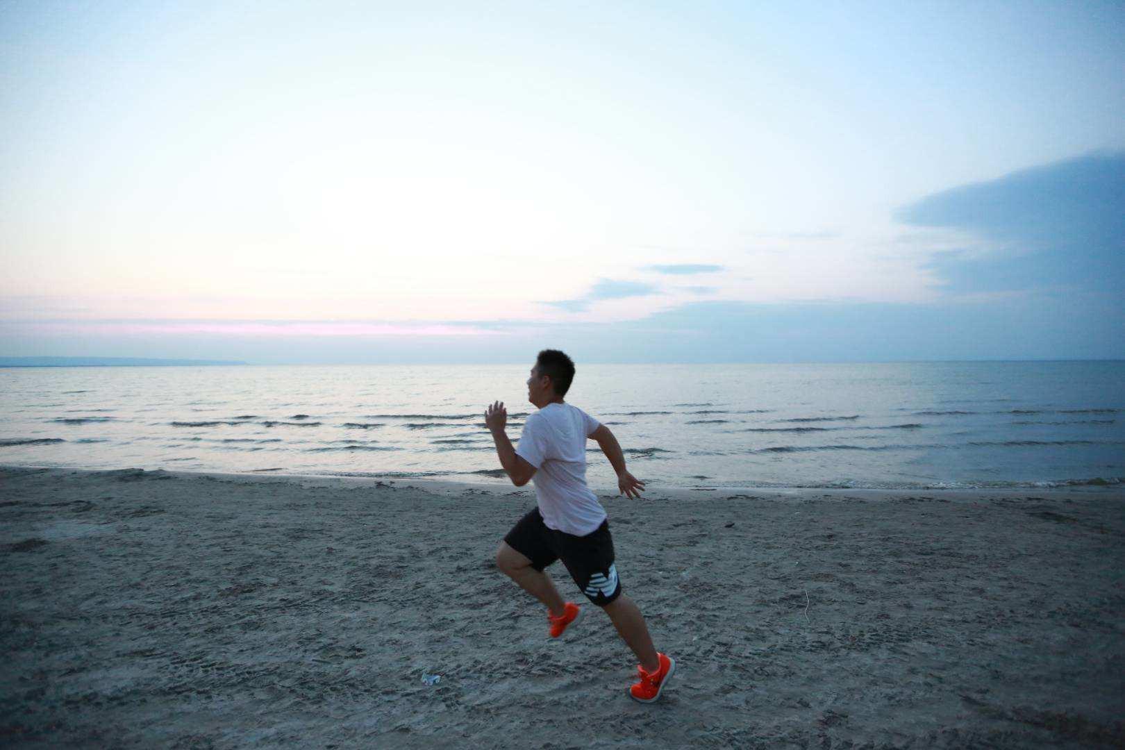 在海滩肆意奔跑