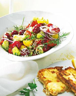 Griechischer Salat mit Schafkäse Saganaki