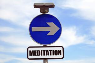 Apprendre à méditer est le plus grand don que vous puissiez vous accorder dans cette vie. En effet, seule la méditation vous permettra de partir à la découverte de votre vraie nature et de trouver ainsi la stabilité et l'assurance nécessaire pour vivre bien et mourir bien. La méditation est la route qui mène vers l'Éveil.Sogyal Rinpoché,Le Livre Tibétain de la Vie et de la Mort