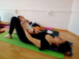 Yoga postnatal mamá y bebé