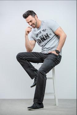 Homme sur une chaise