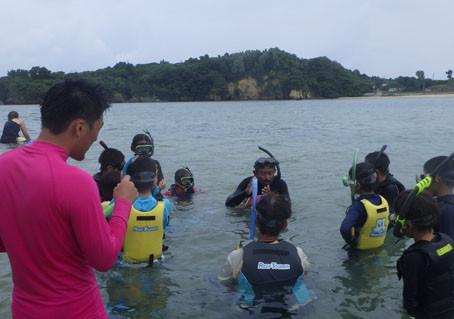 小学校の海の体験学習のお手伝い