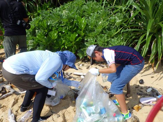 海岸漂着ゴミプログラム/ペットボトルを拾う