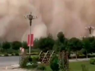 """Tormenta de arena en China se """"traga"""" casi por completo la ciudad de Dunhuang"""