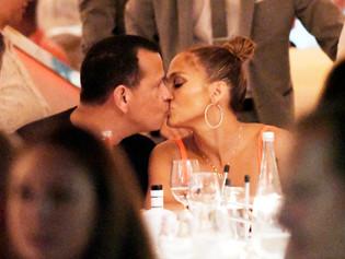 Jennifer López y Alex Rodríguez se comen a besos