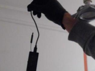 Detenido un hombre que se ofreció a arreglar un foco a su vecina y aprovechó para colocar una cámara
