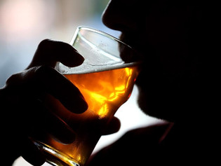 Un poco de alcohol sería beneficioso si se tiene una afección cardiovascular: estudio