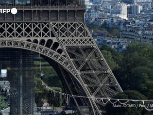 Equilibrista cruzó el río Sena sobre una cuerda a 70 metros de altura