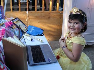 ¡Muy emotivo! Cumplen el sueño de ser princesa de Disney a una niña hispana con leucemia