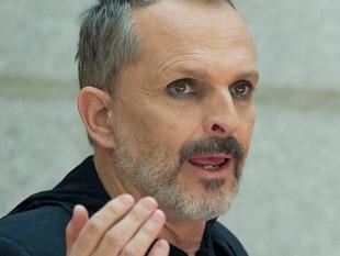 Critican fuertemente a Miguel Bosé por usar mascarilla a pesar de que promovió que no la usen en una