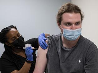 Ensayan tercera dosis de vacuna anti-COVID que resiste variantes