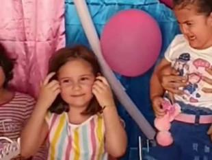 Una niña apaga la vela de cumpleaños de su hermana y su reacción se vuelve viral