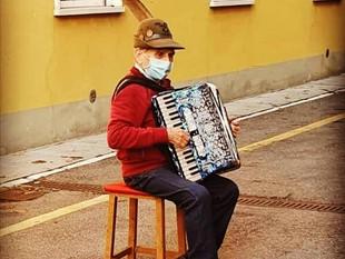 Este anciano de 81 años no pudo visitar a su esposa en el hospital, entonces le dio una serenata des