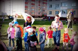 Весёлые клоуны на уличном празднике