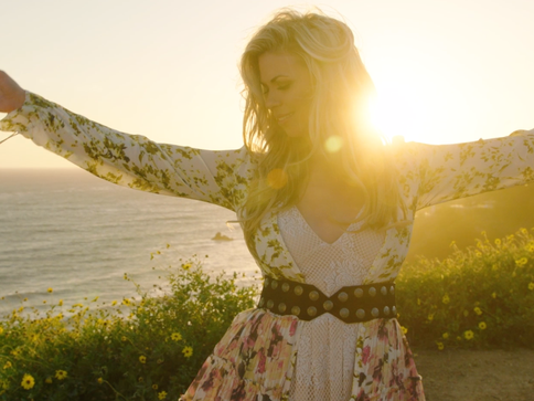 "Sandra Lynn Debuts new Music Video for ""Hey California"""