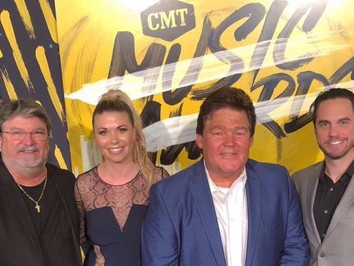 Shenandoah and Sandra Lynn Hit the 2018 CMT Red Carpet