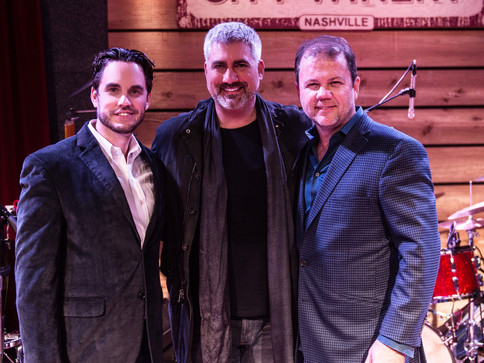 Taylor Hicks inks Record Deal with SonyRED/THG