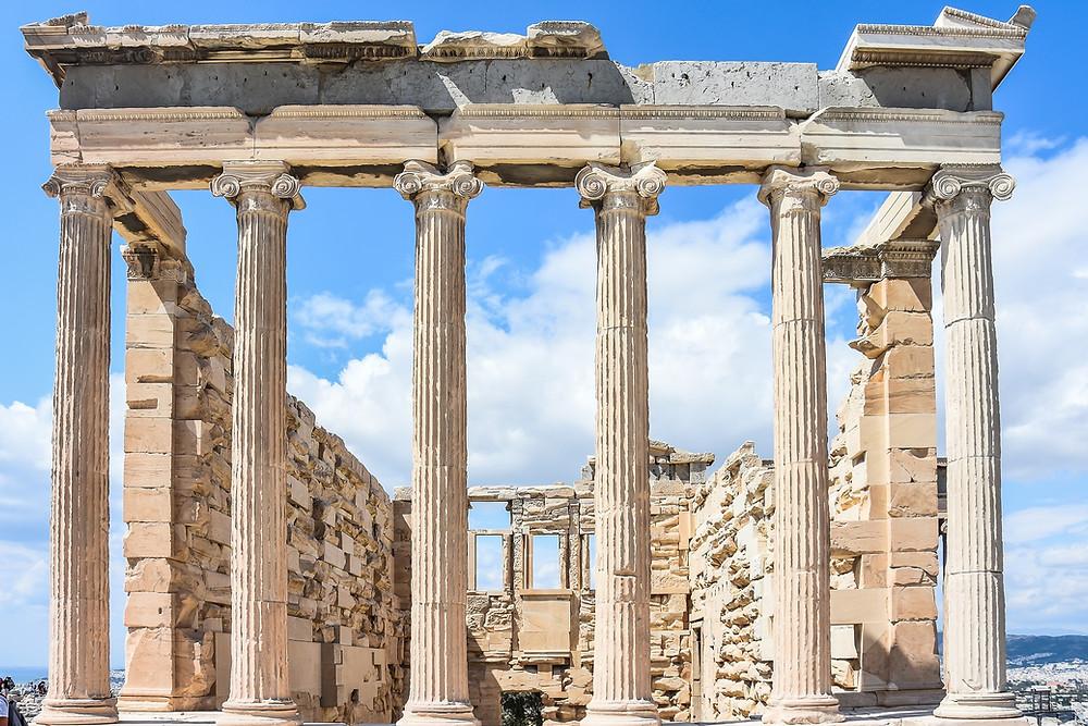 A primeira instituição Patrimonial  surgiu em Atenas, no século I, durante o Império Romano.