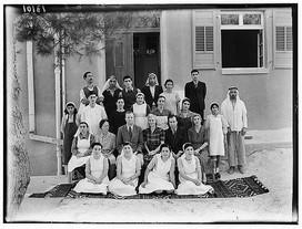 طاقم المستشفى في زمن الطبيب المؤسس الدكتور شارلز ماكلين