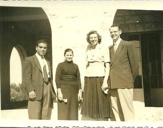 الدكتور لفقرين وزوجته وإلى جانبهما القس فواز عميش وزوجته روثي