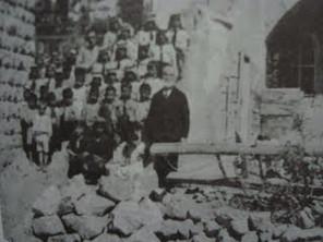 القس اسبر ضومط وطلبة المدرسة في عجلون