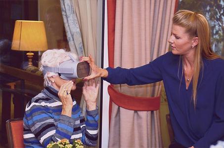 Dame mit VR Brille Granny Vision.jpg