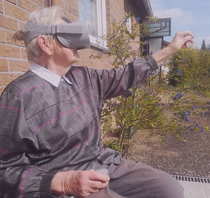 Oma mit Virtual Reality Brille Oculus Go Granny Vision.jpg