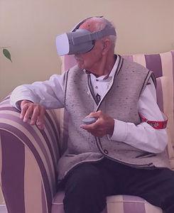 Rentner mit VR Brille Granny Vision.jpg
