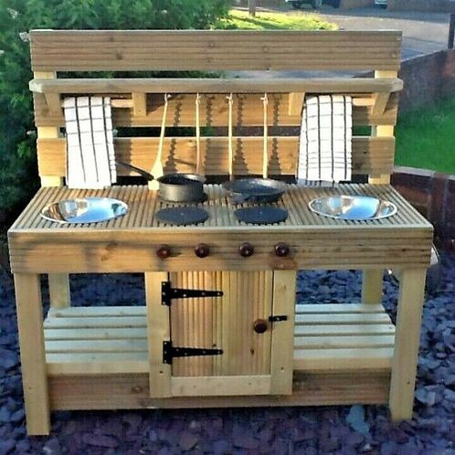 Mud kitchen with middle cupboard