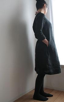 黒リネンワンピース着画像 (2).jpg
