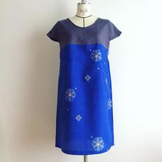 【さらに試作 Sample making】銘仙とリネンのワンピース  Upcycled kimono dress. Linen and vintage silk kimono.  ここ数日、同じような写真ばっかじゃん!!と思いなさんな。全部ちょっとずつパターンを変えてるのです。 .  ここ数日、同じような写真ばっかじゃん!!と思いなさんな。全部ちょっとずつパターンを変えてるのです。 今日のは少し袖長めのフレンチスリーブ。着物地がとても薄くて夏向きなので、重ね着は想定せず1枚で着て楽な仕様にしました。肩をだしすぎず、脇は詰めて下着が覗かないようにしてます。  #着物リメイク #銘仙 #リネン #.jpg